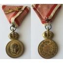 Vojenská záslužná medaila SIGNUM LAUDIS, bronz s vojnovou stuhou s mečmi